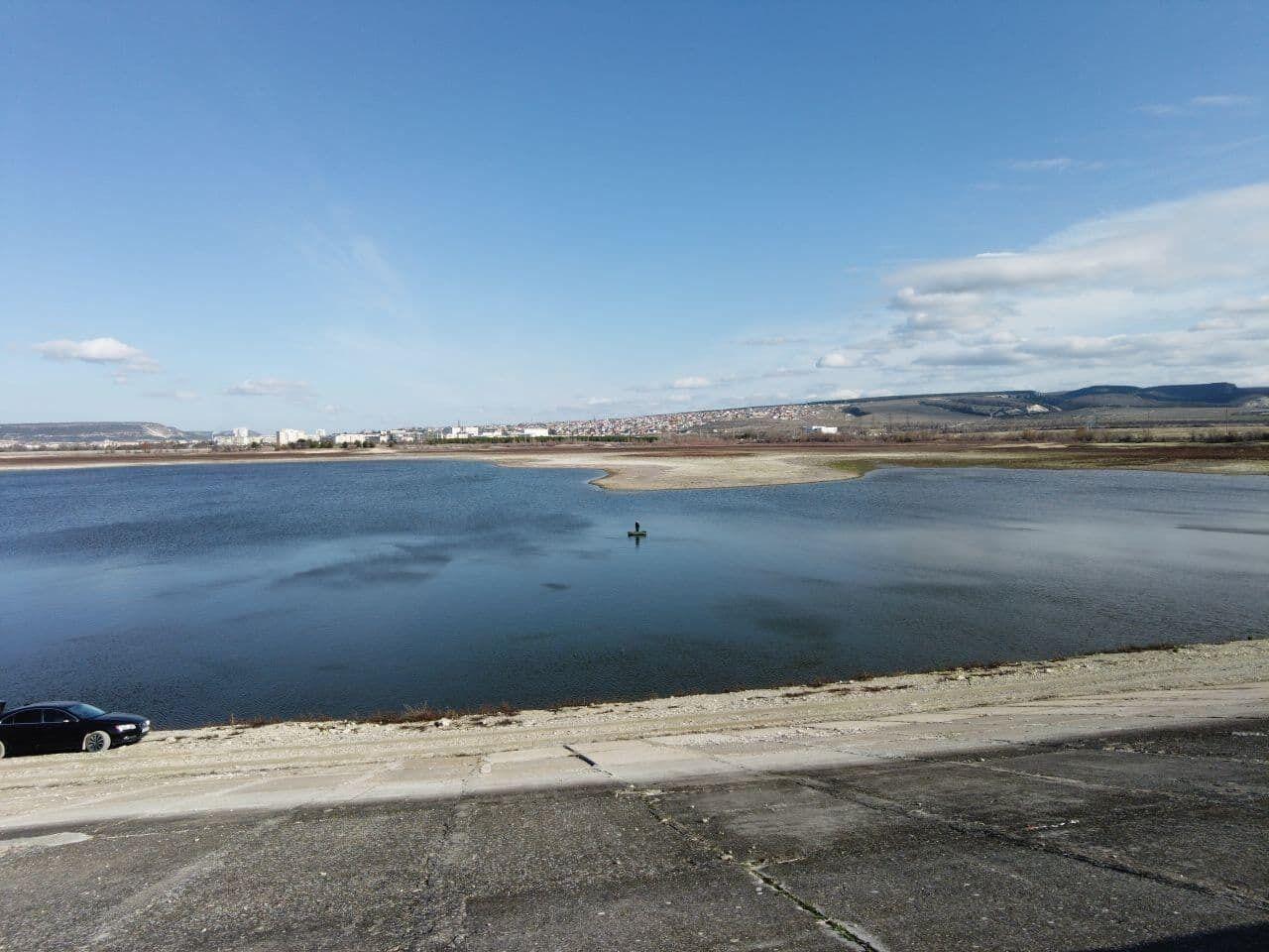 Берег Бахчисарайского водохранилища становится каждый день больше.