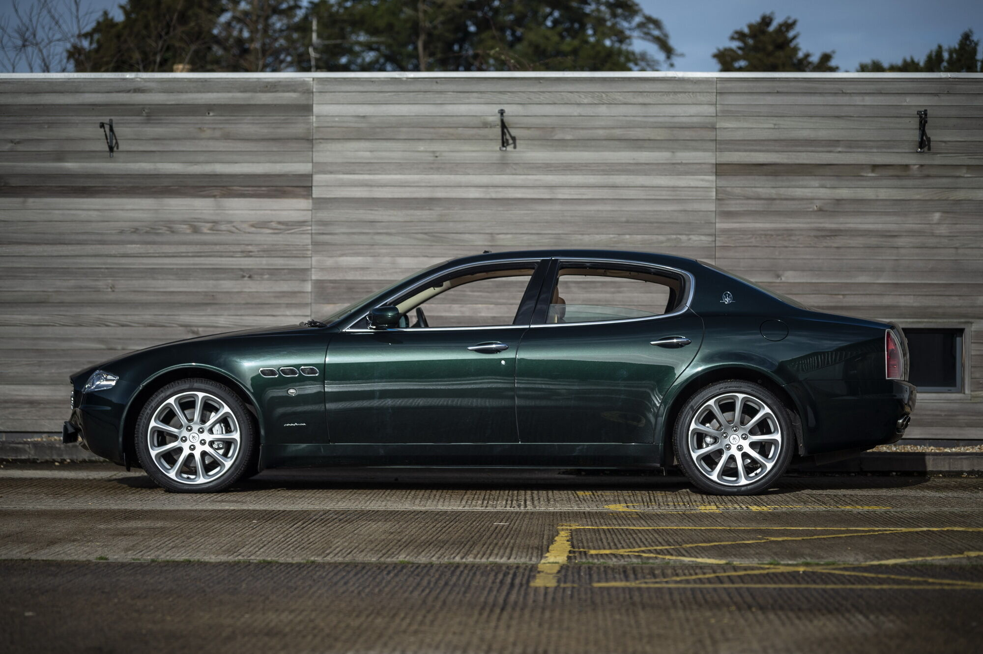 """Потужний V8 дозволяє розігнати седан до першої """"сотні"""" за 5,2 секунди, а максимальна швидкість досягає 275 км/год"""