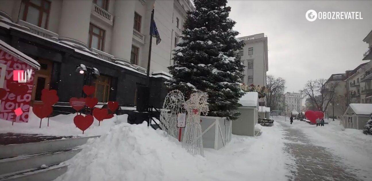 Площадь перед Офисом президента оформили ко Дню влюбленных.