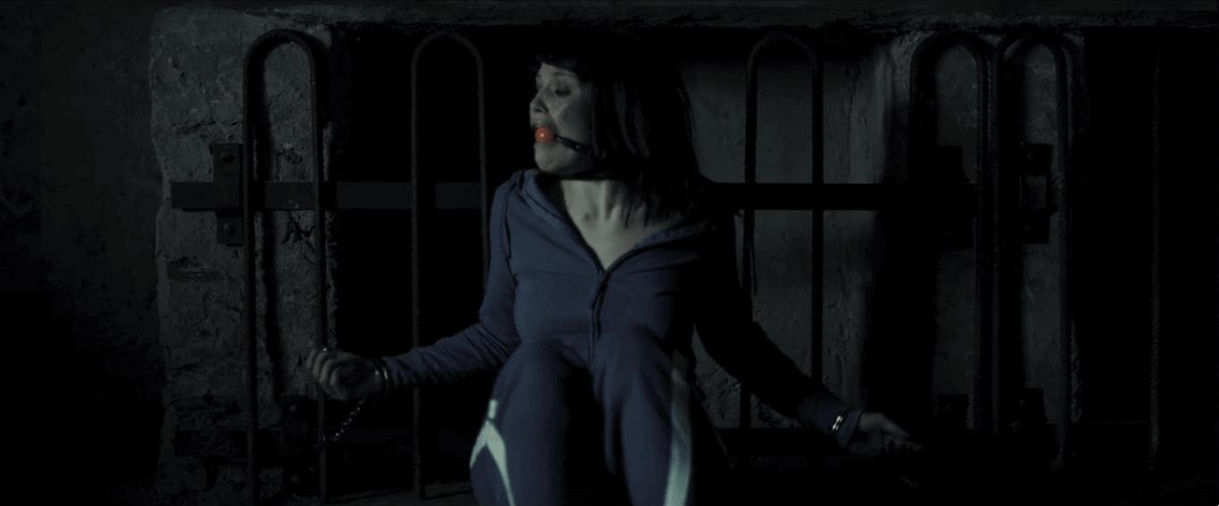 """Фільм """"Зникнення Еліс Крід"""" показує викрадення жінки двома маньяками, які вимагають викуп."""