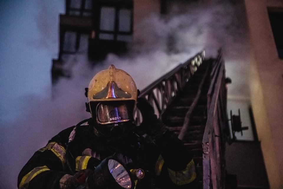 У Києві загорілася висотка: мешканців евакуювали, є постраждалі. Фото і відео