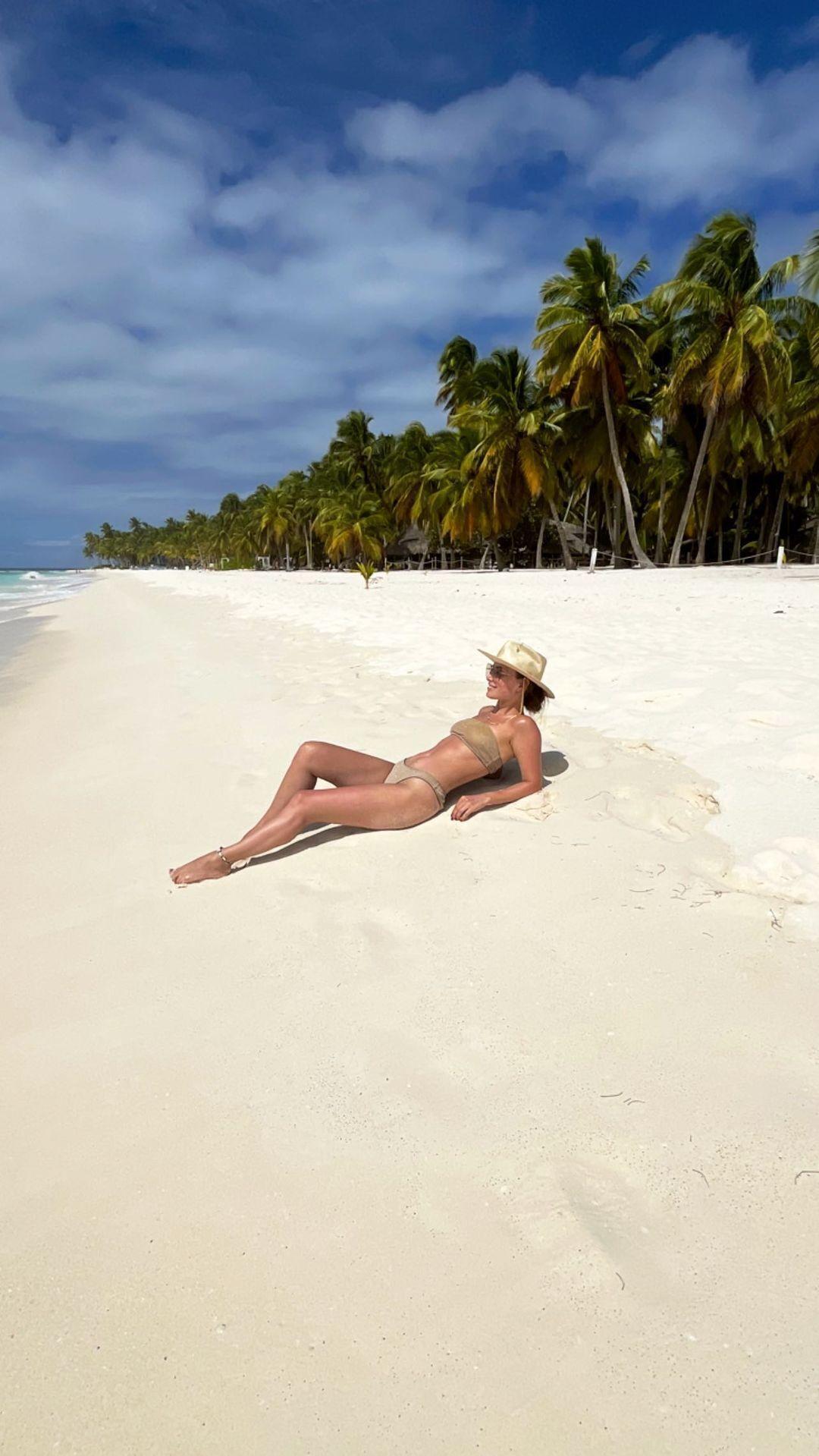 Ксения Мишина продемонстрировала точеную фигуру в бикини.