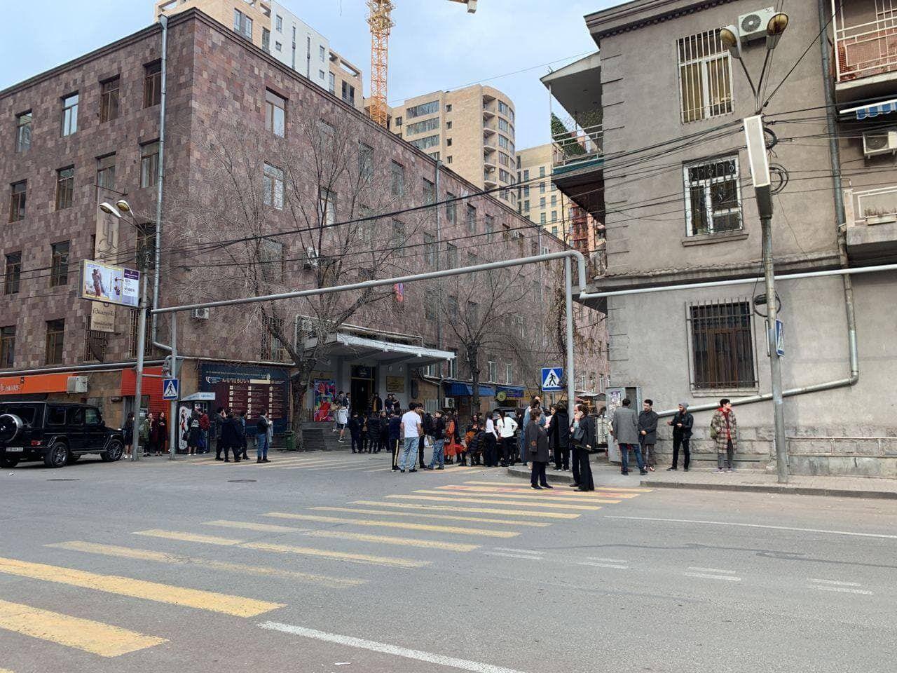 Люди вийшли на вулиці.