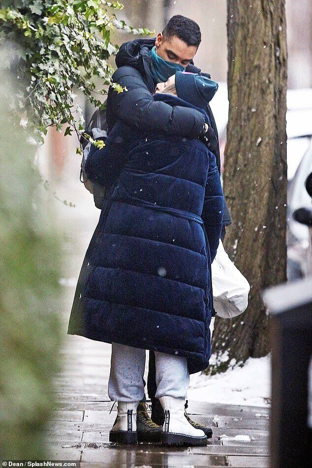 Реге-Жан Пейдж встречается с Эмили Браун.