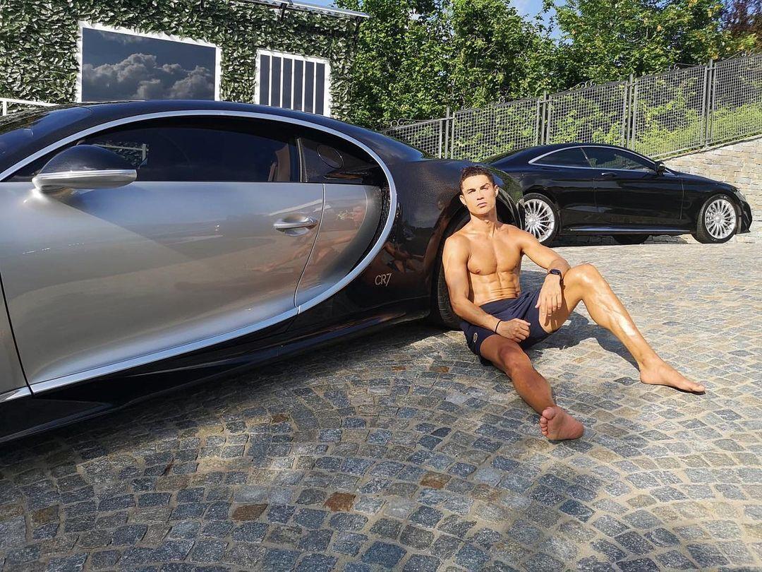 Кріштіану Роналду зі своїм авто