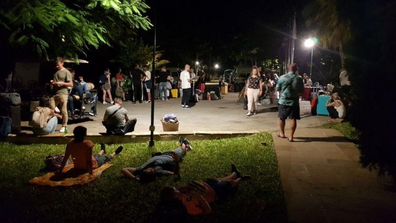 Туристи ночують на траві