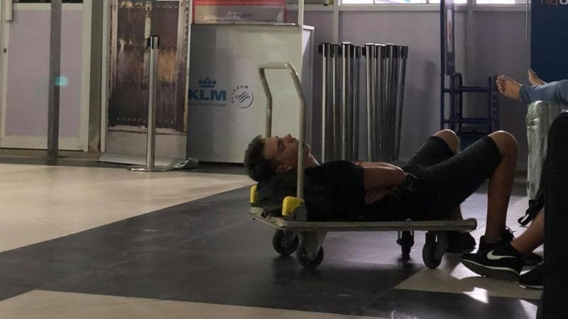 Туристи сплять в аеропорту