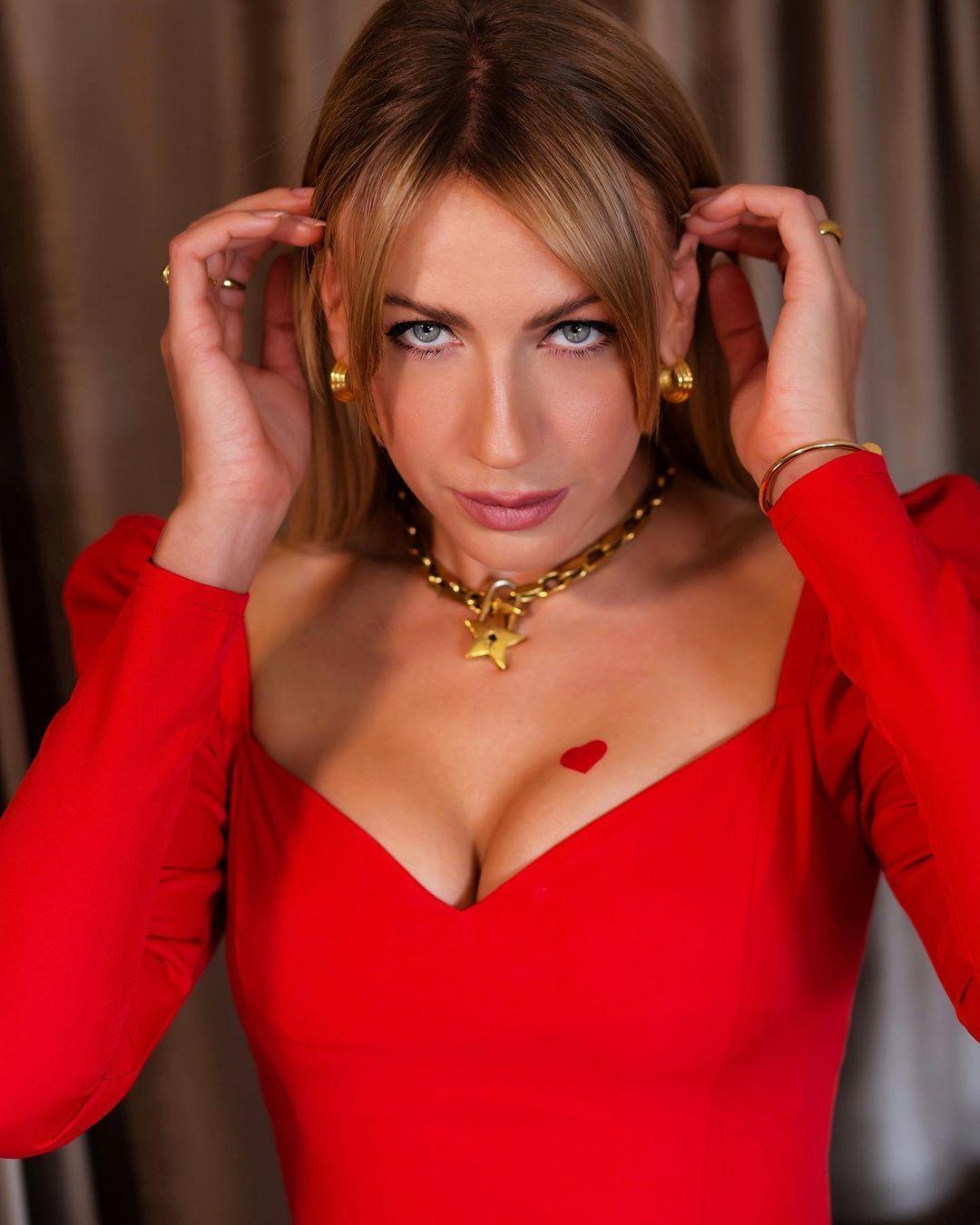 Леся Нікітюк у червоній сукні