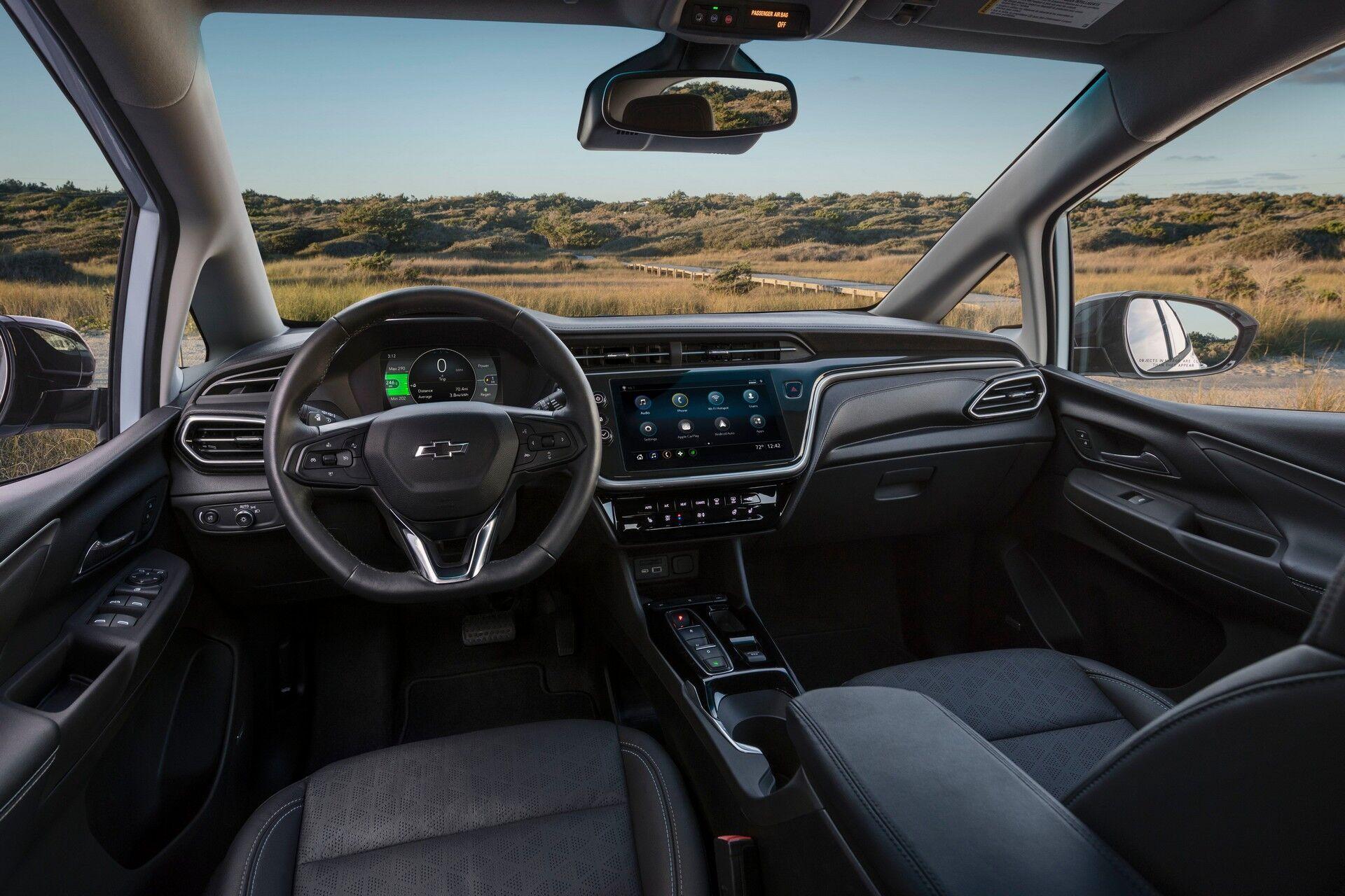В салоне появился новый руль, приборная панель с 8-дюймовой цифровой шкалой и блок управления режимами работы трансмиссии