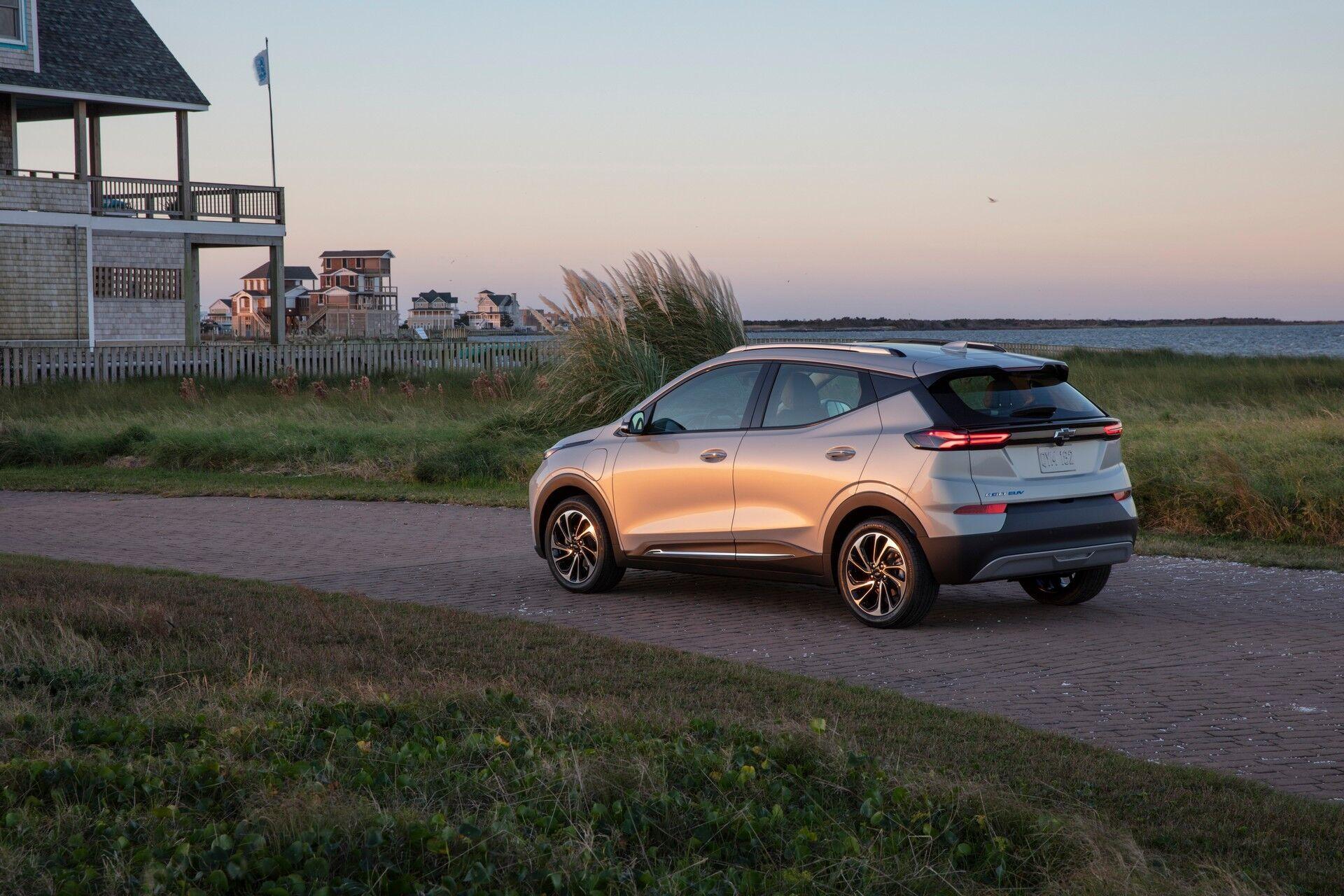 Оба автомобиля оснащены литий-ионной батареи на 65 кВтч, которая питает электромотор мощностью 203 л.с. и моментом 360 Нм