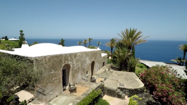 Стіни маєтку збудовані з вулканічної лави