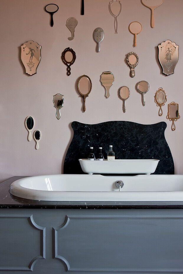 На стену ванной комнаты Шанталь повесила винтажные зеркальца