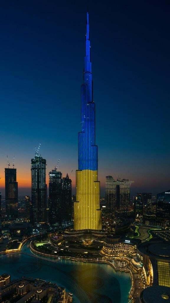 Будж-Халифу зажгли сине-желтыми цветами.