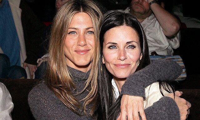 """Дженніфер Еністон і Кортні Кокс перенисли дружбу із серіалу """"Друзі"""" в життя."""