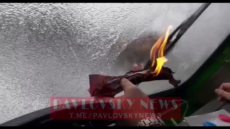Машинист растапливает лед с помощью огня