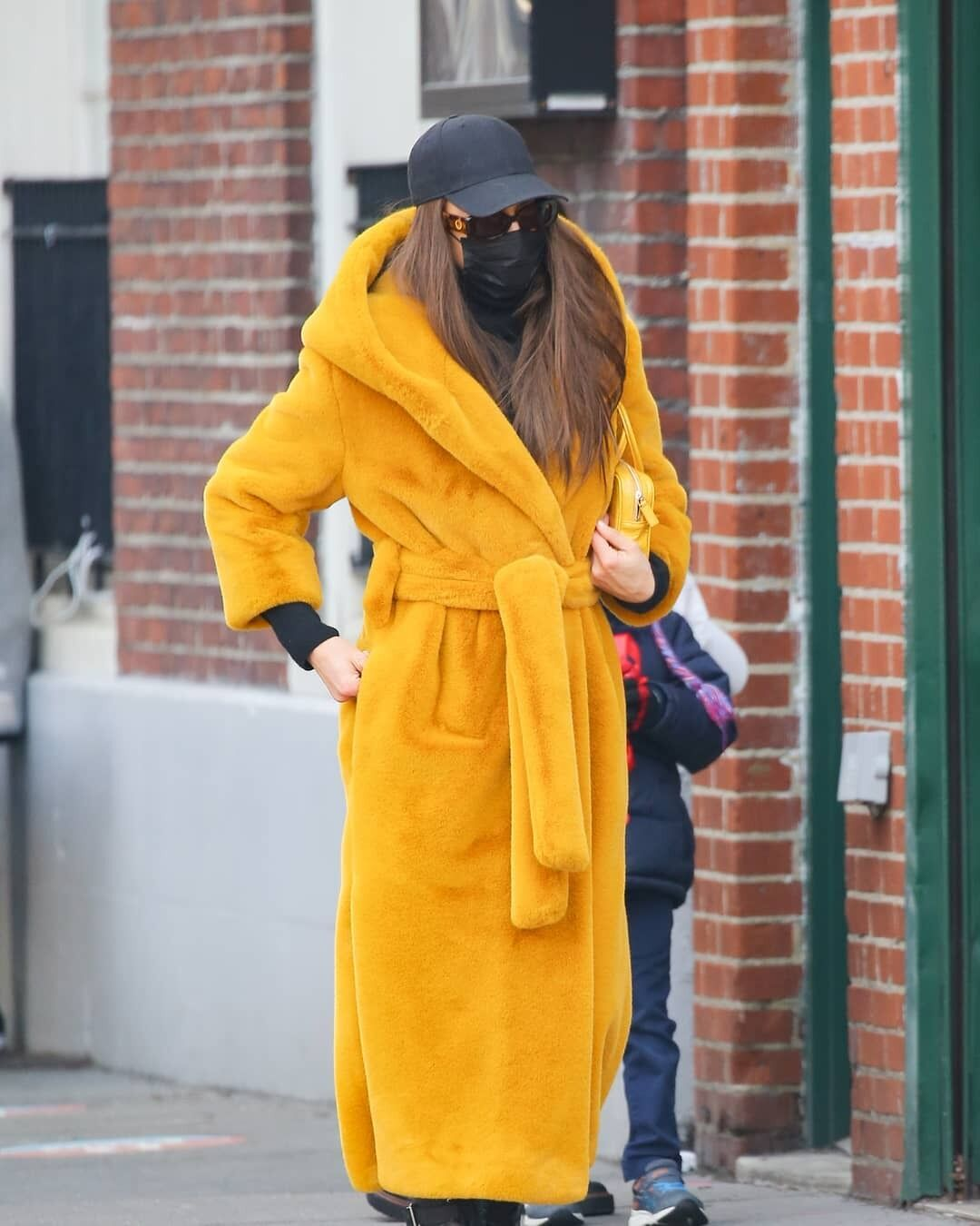 Ірина Шейк гуляє в Нью-Йорку.