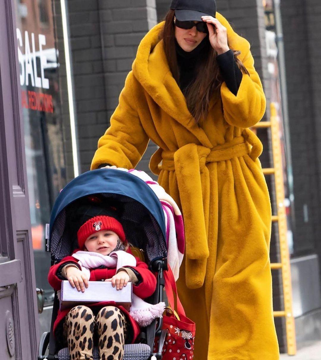 Ірина Шейк гуляє з донькою