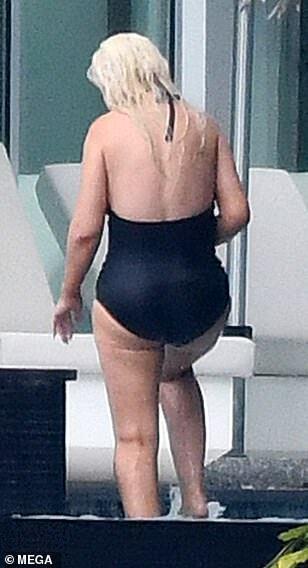 Агилера позирует в купальнике