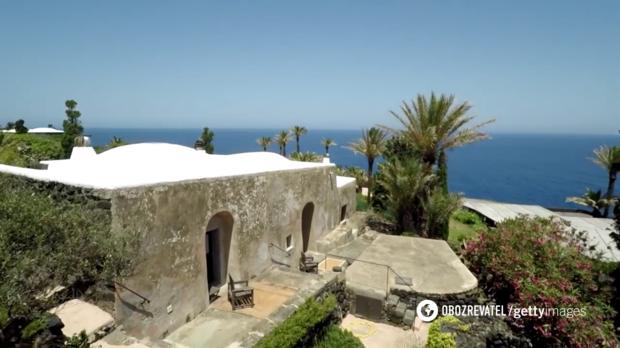Стены поместья выстроены из вулканической лавы