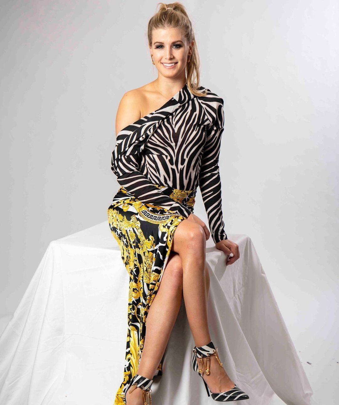Эжени Бушар в платье