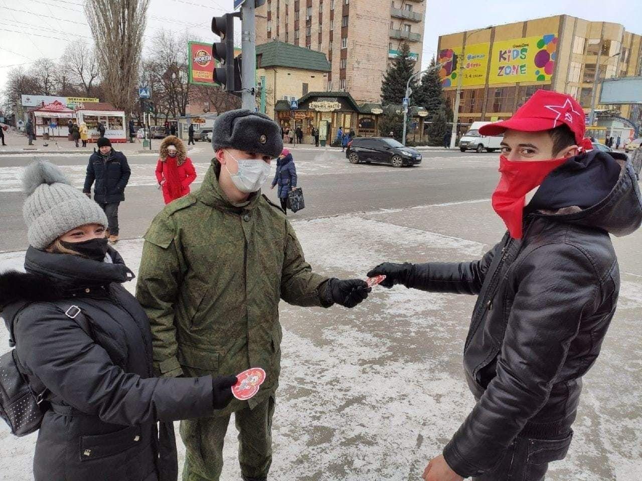 "Вместо валентинок 14 февраля в Луганске раздавали ""сталинтинки""."