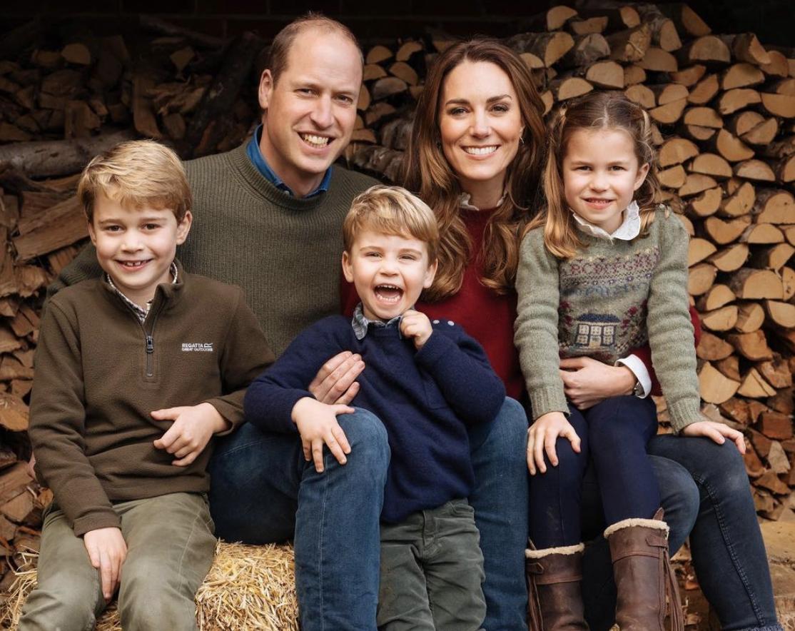 Принц Вільям з дружиною та трьома дітьми позує для спільного фото.