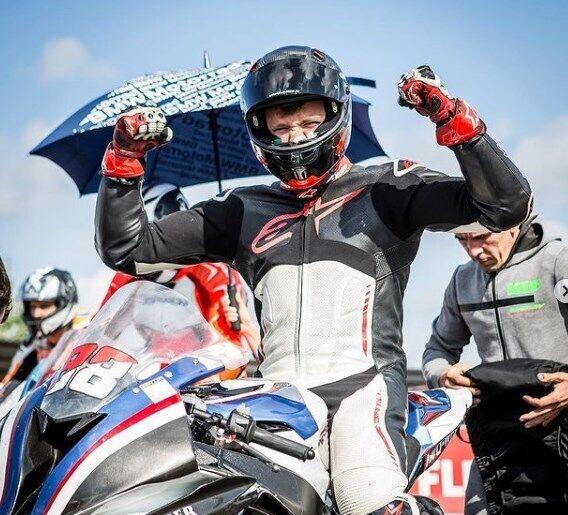 Слобоженко пише, що він чемпіон України із шосейно-кільцевих мотоперегонів 2018 року.