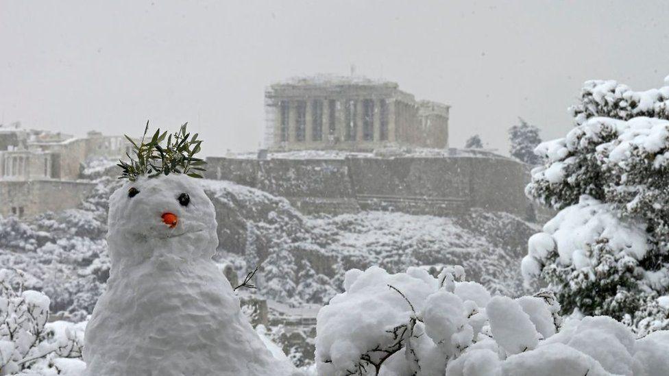 На пагорбі Афінського Акрополя зліпили сніговика в давньогрецькій тематиці
