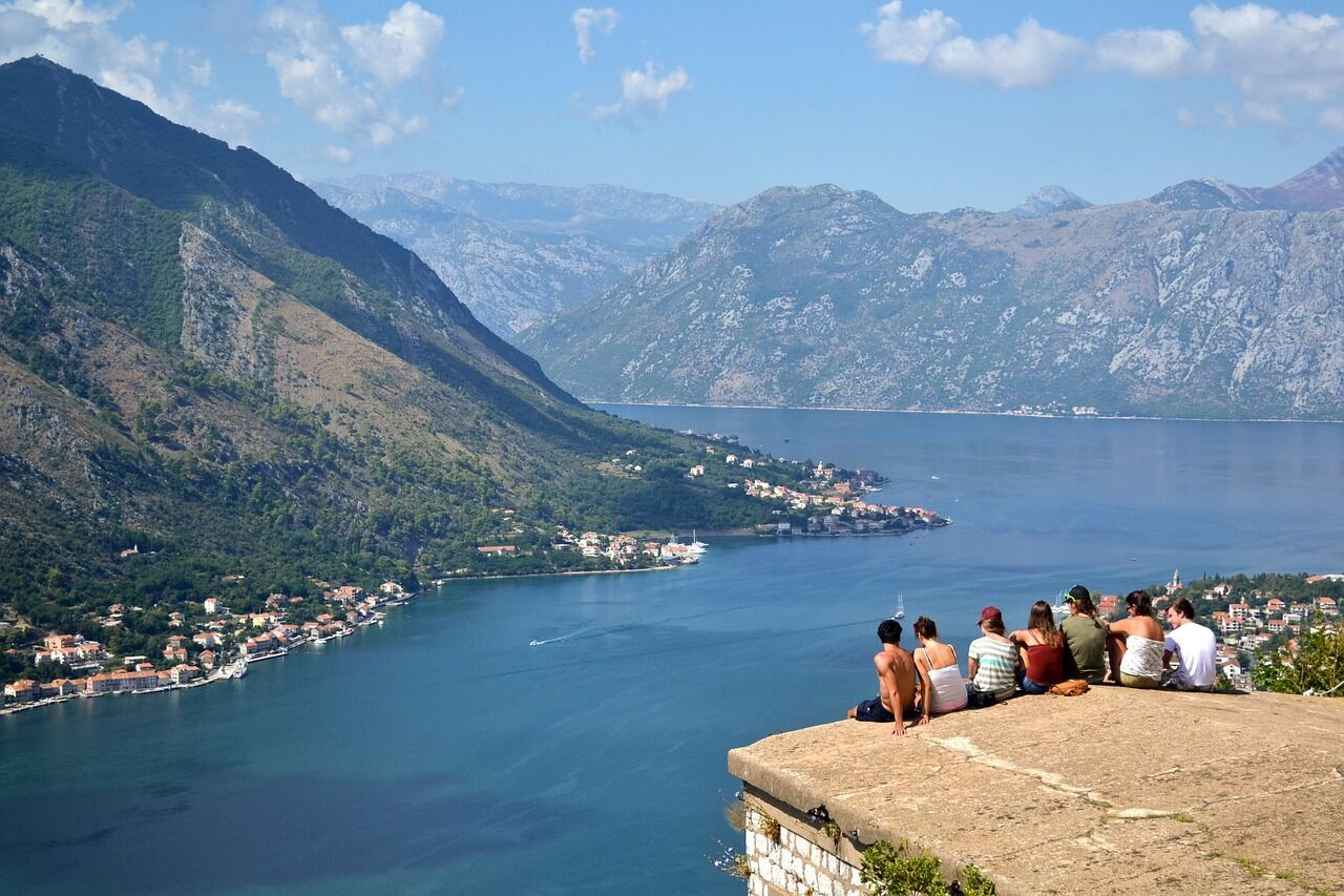 Черногория имеет прекрасные виды: живописные горы и озера.