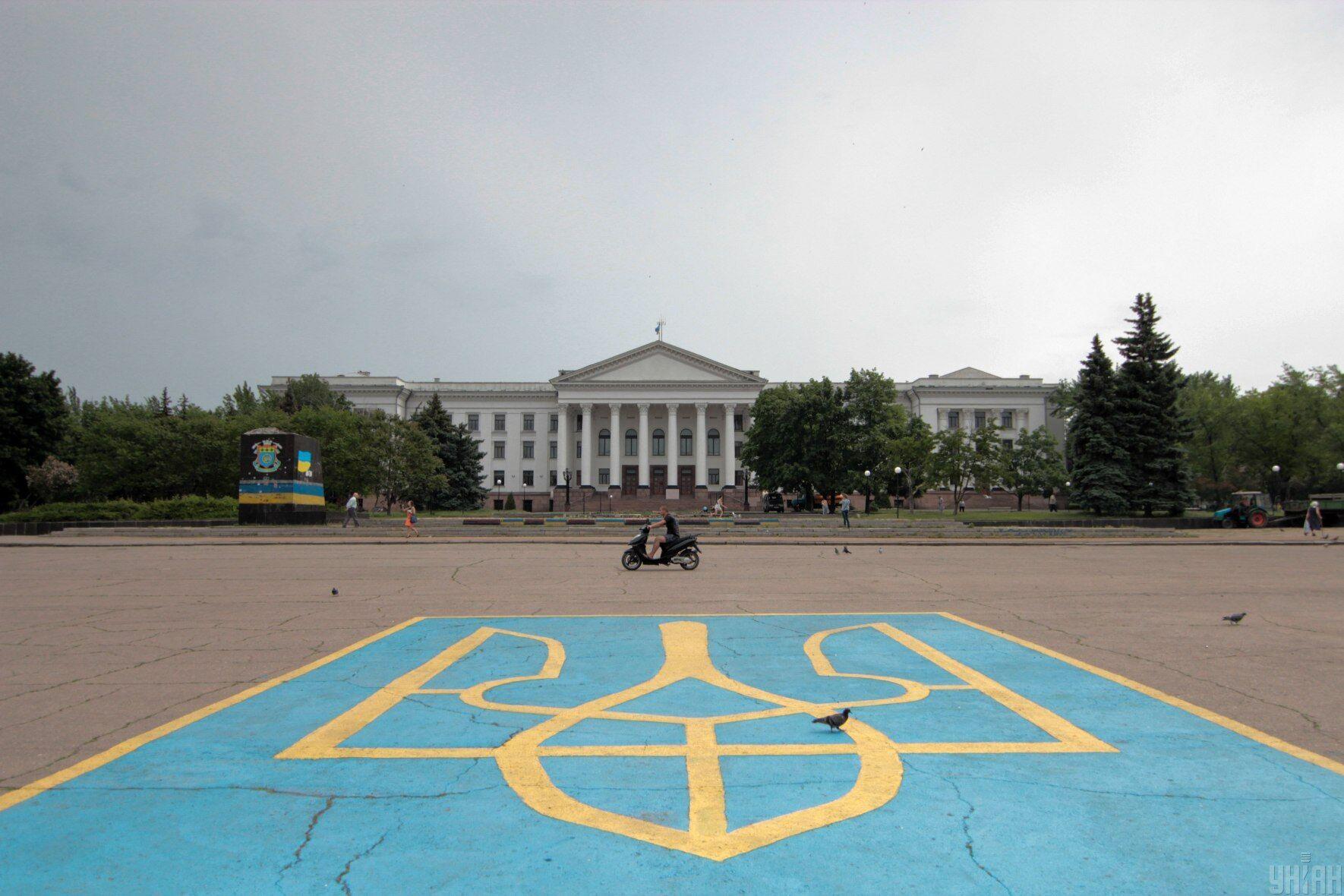 Герб України на площі в Краматорську, 24 травня 2015 року