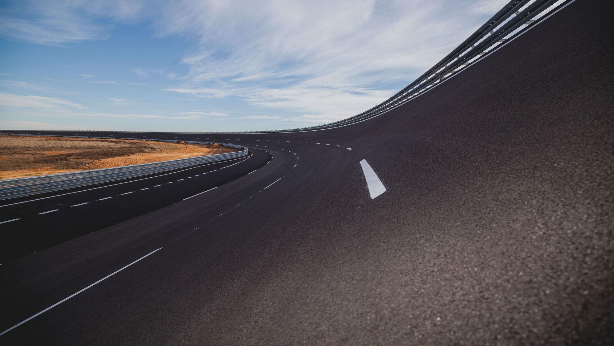Трек із профільованими поворотами дозволяє тестувати літні та зимові шини на швидкостях до 300 км/год