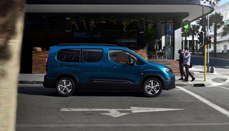 Новинка доступна в двох варіантах кузова – стандартному (4,4 м) або подовженому (4,75 м), а також у двох конфігураціях салону – 5- або 7-місцевої