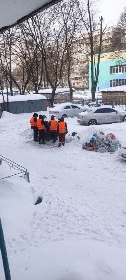 Через замети на узбіччях, жителі звалюють сміття в купи.