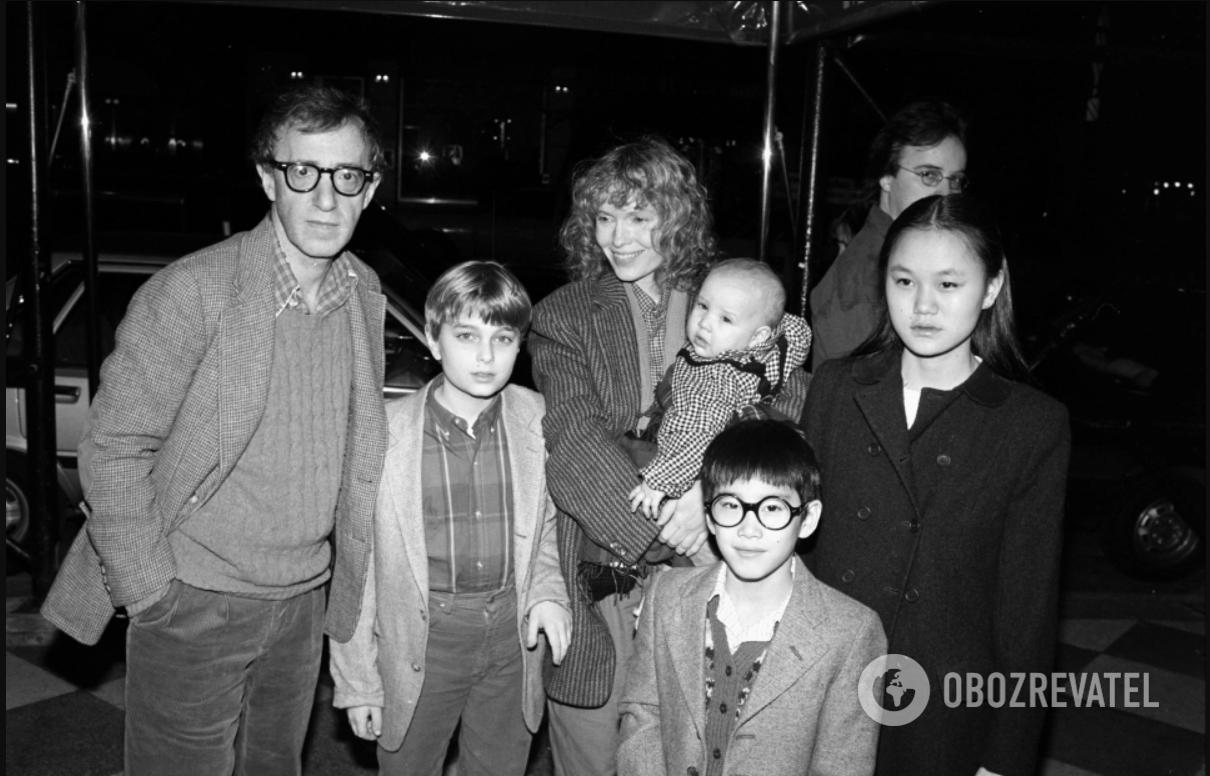 Вудди Аллен и Миа Фэрроу с детьми