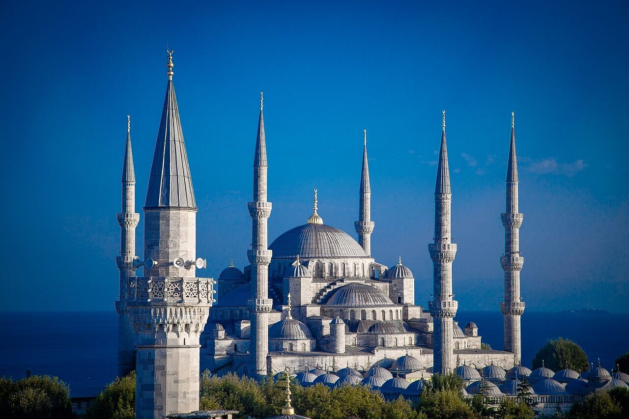 Стамбул манит туристов памятниками архитектуры и вкусными блюдами.