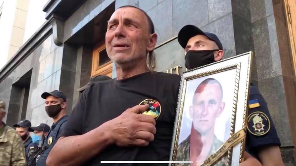 Сергей Журавель под Офисом президента Украины.