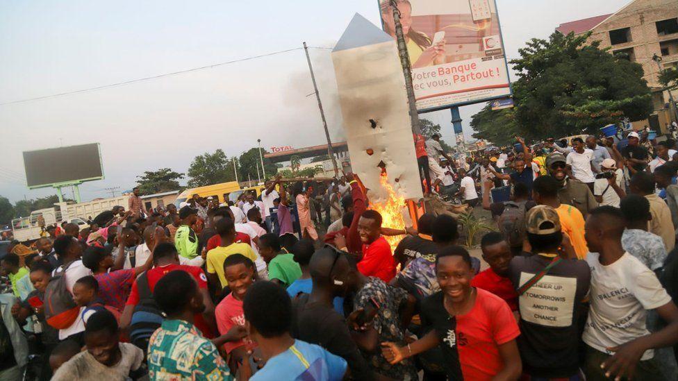 Люди підпалили моноліт.