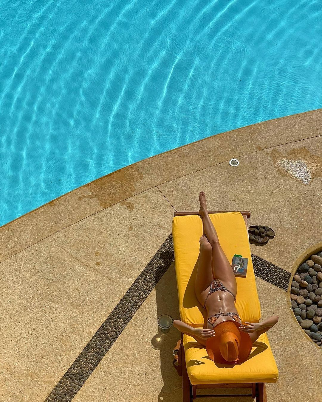 Кендалл Дженнер дремлет у бассейна на желтом шезлонге