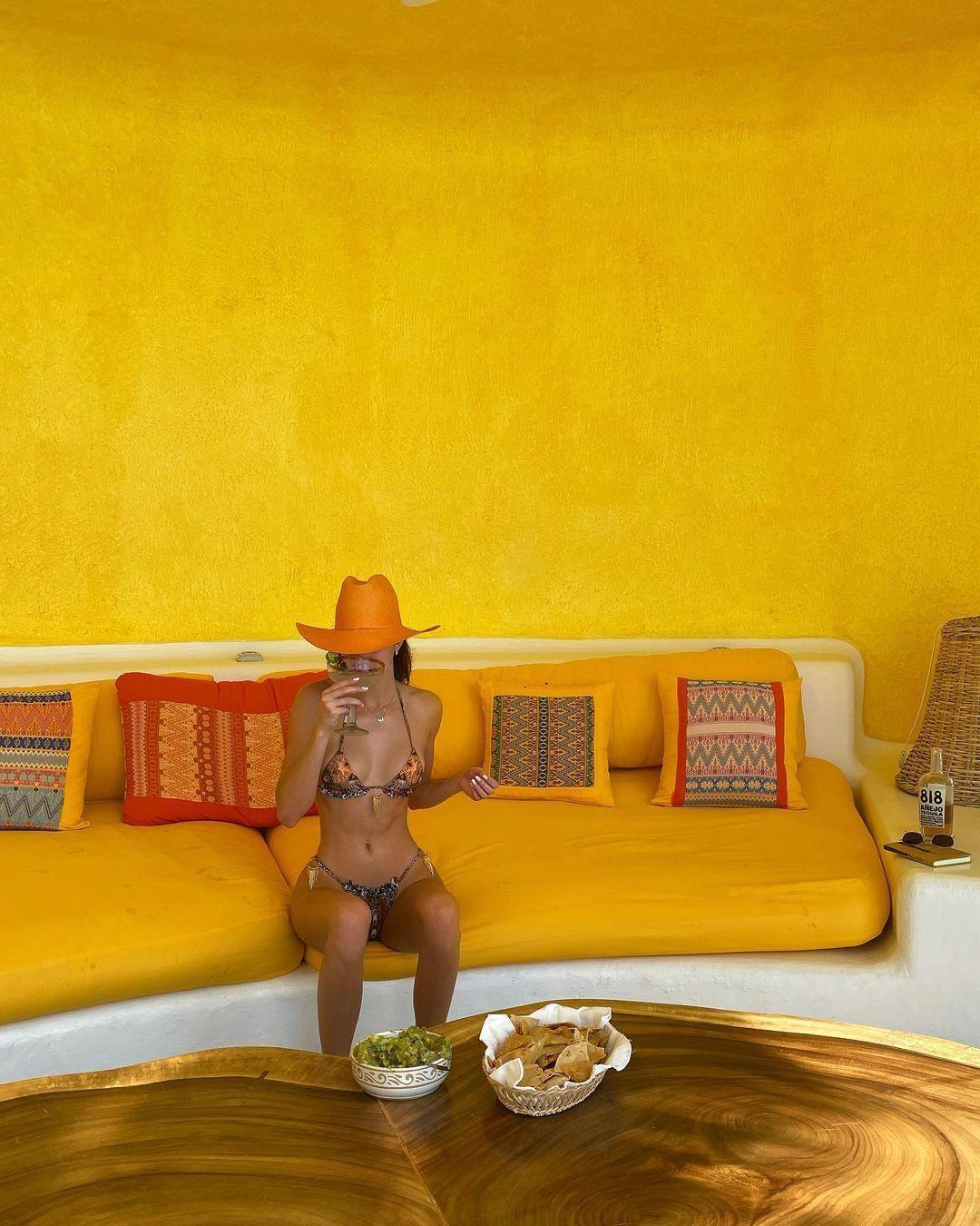 Кендалл Дженнер позирует на фоне желтой стены