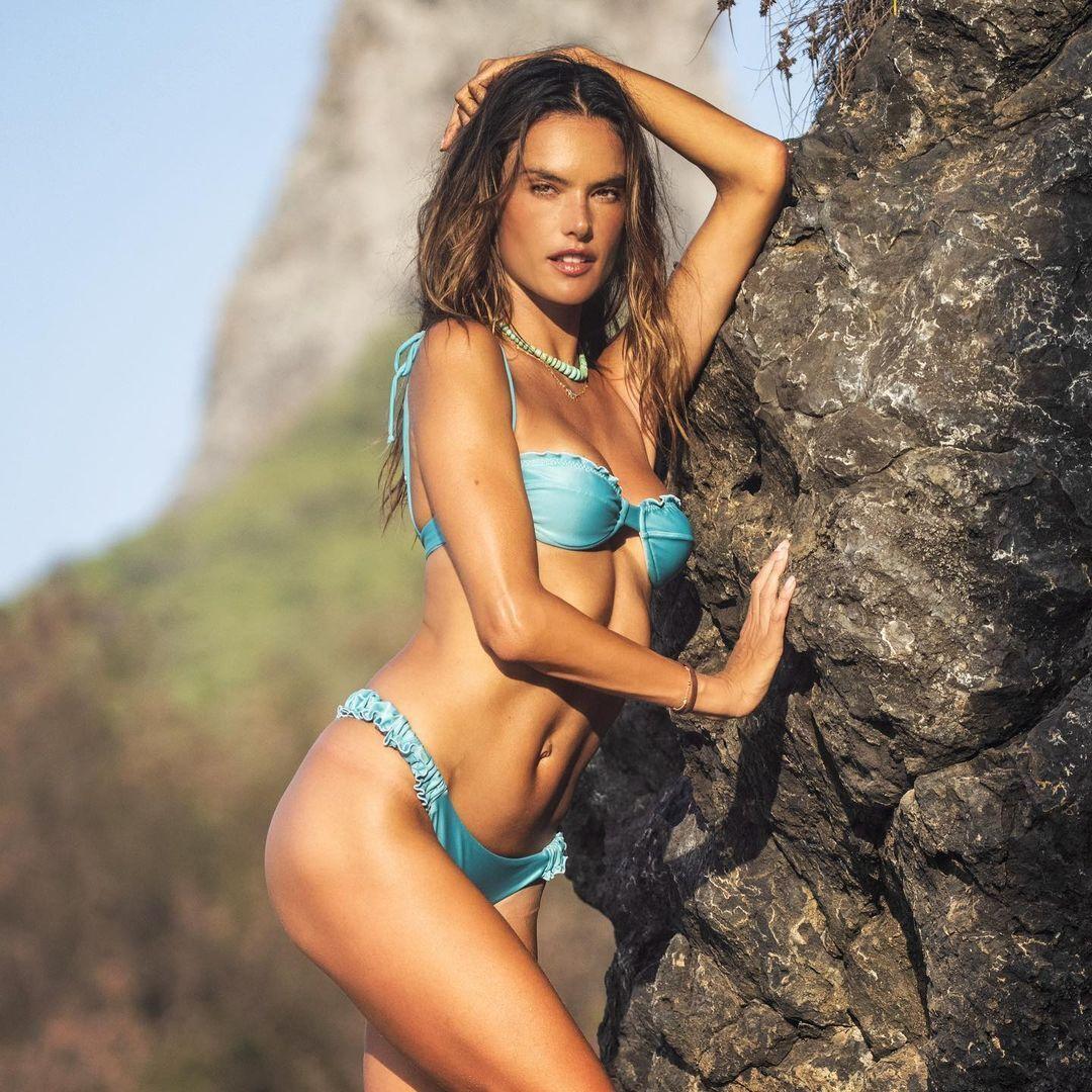 Алессандра Амбросио в бирюзовом купальнике