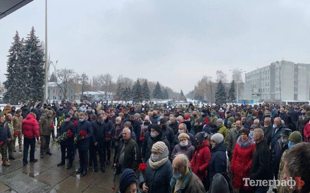 Сотни горожан пришли проводить в последний путь погибших бойцов