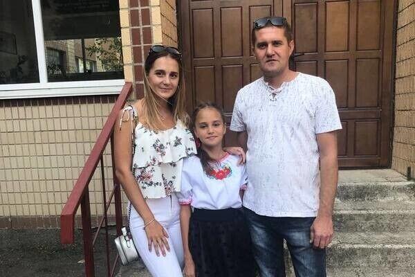 Даша зі старшою сестрою і батьком
