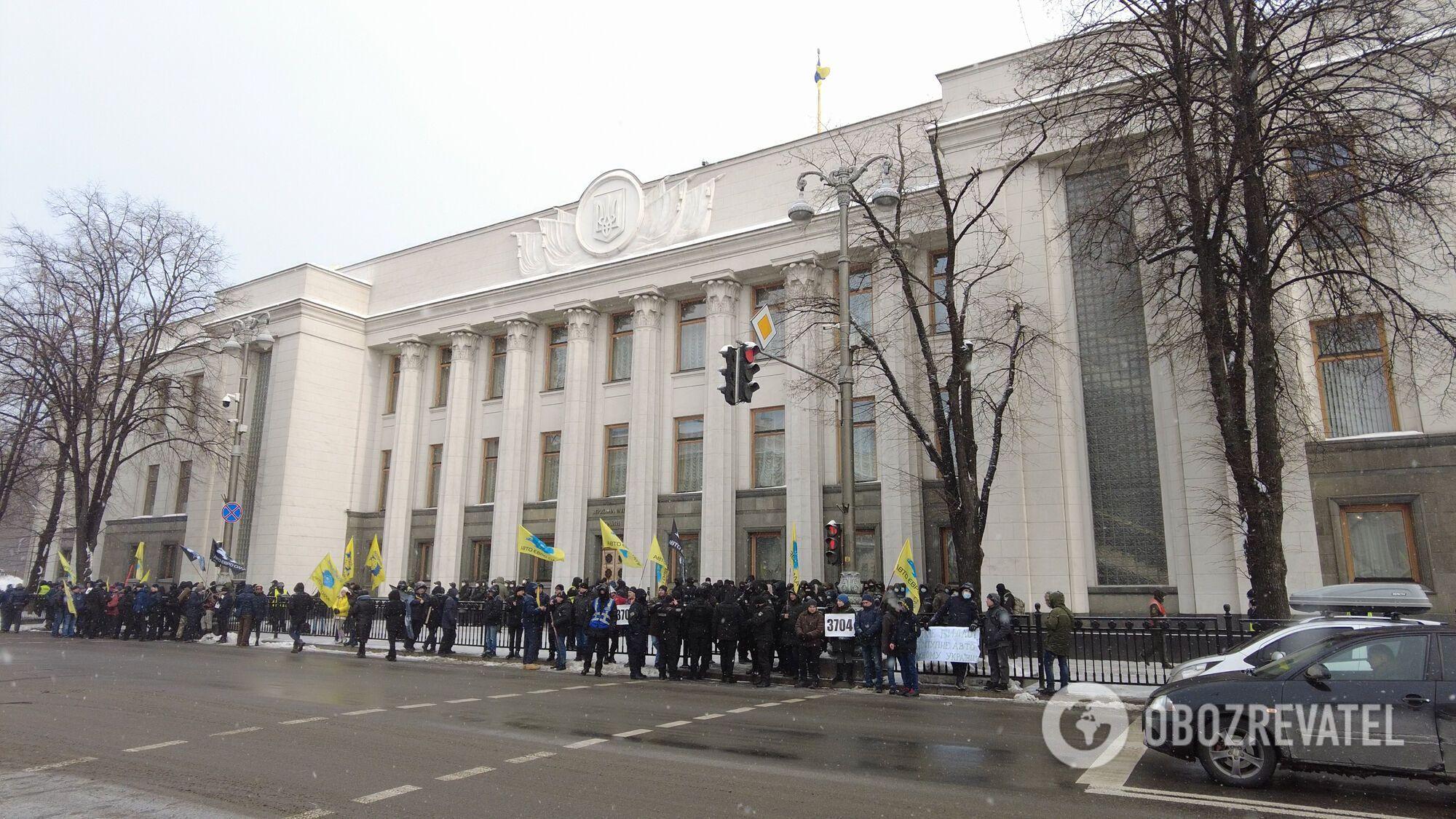 Митинг у стен парламента.