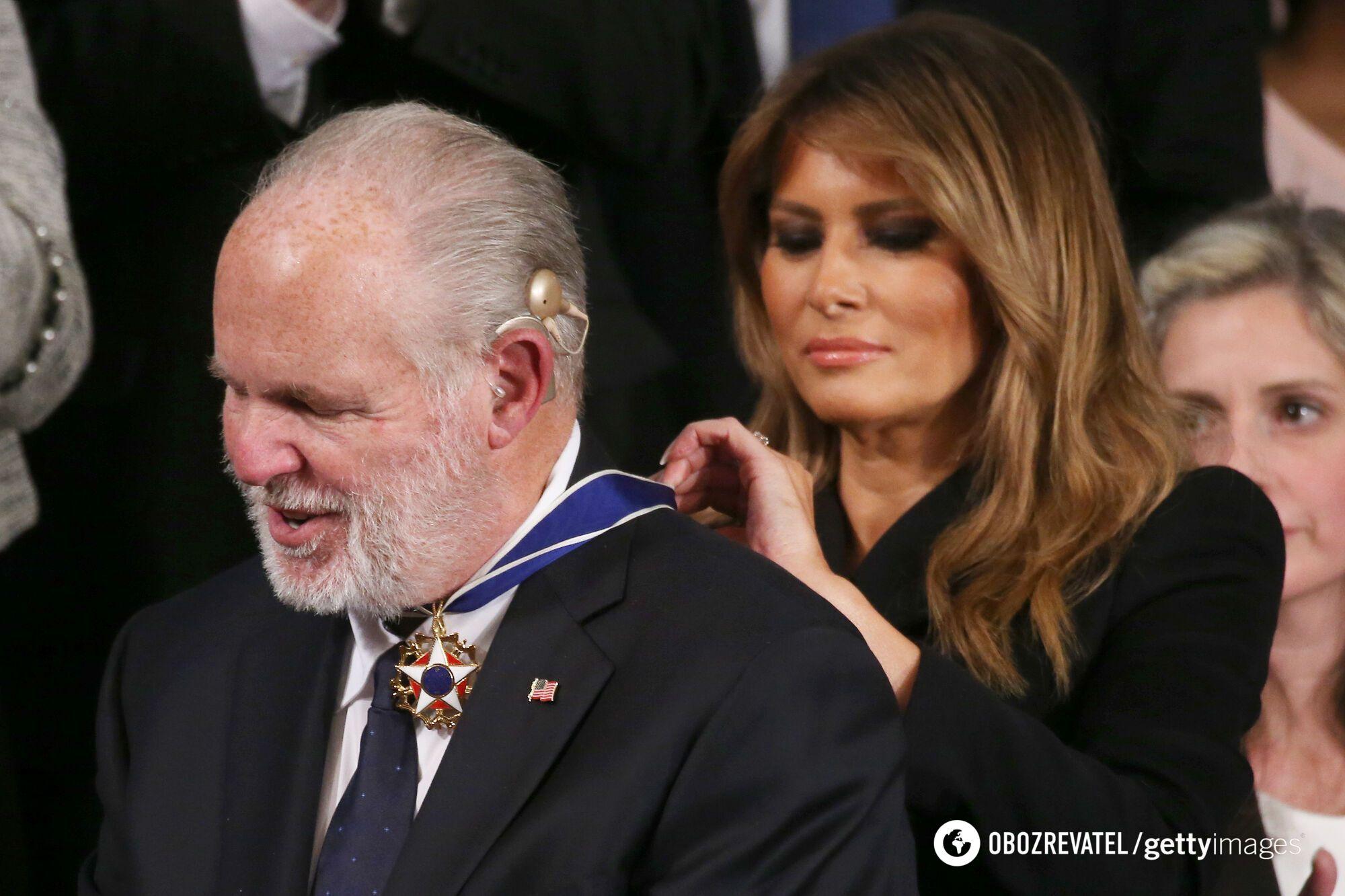Мелания Трамп вручает радиоведущему Рашу Лимбо президентскую медаль свободы во время обращения к Государству Союза в зале Палаты представителей США 4 февраля 2020 года, Вашингтон
