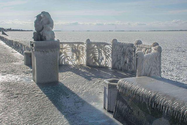 Замерзле Азовське море в Бердянську.