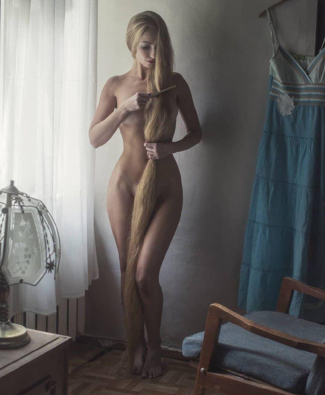 Украинка позирует обнаженной с двухметровыми волосами
