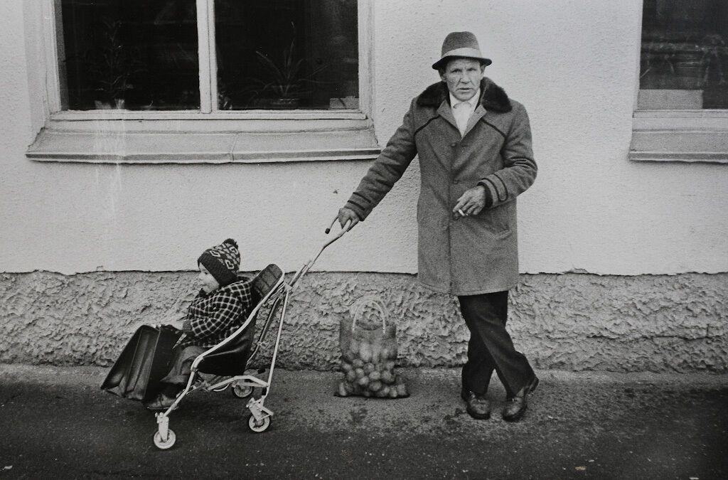 Дедушка с внуком и авоськой картошки, СССР