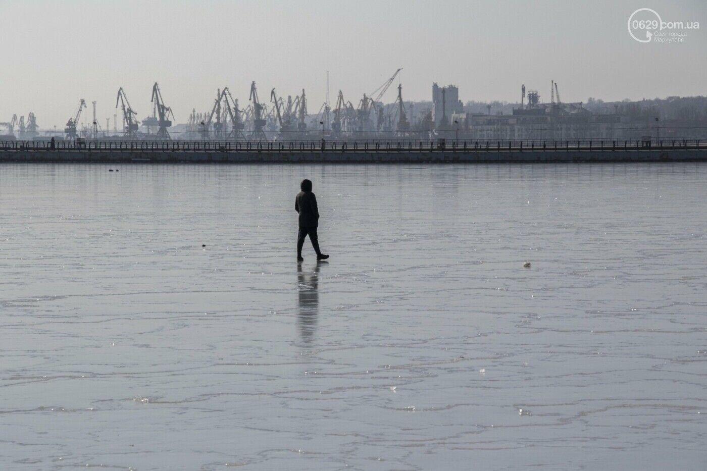 Замерзле Азовське море в Маріуполі.