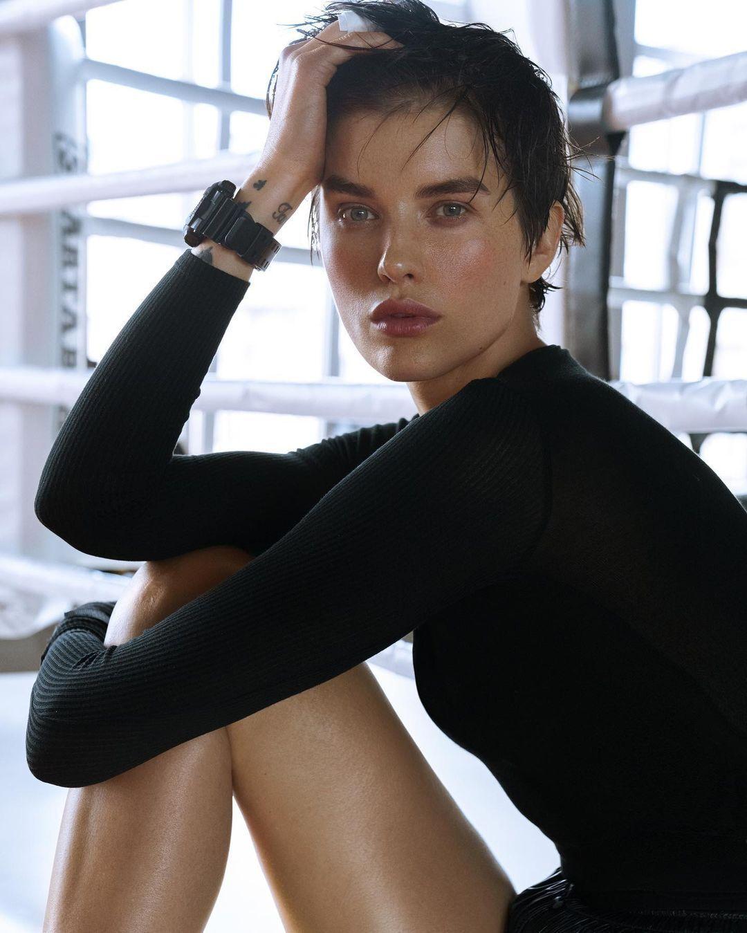 Сейчас 35-летняя модель продолжает участвовать в съемках