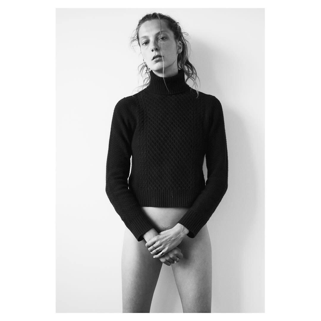 Дарья ведет довольно необычный профиль в инстаграме, где публикует черно-белые кадры в стиле минимализм